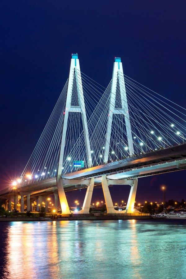Grande ponte strallato di Obukhovsky, fiume di Neva fotografia stock libera da diritti