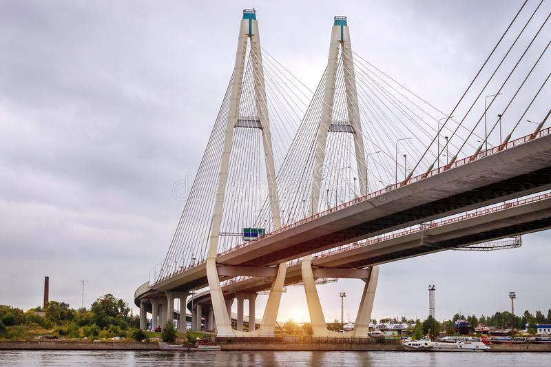 Grande ponte strallato di Obukhovsky, fiume di Neva fotografie stock