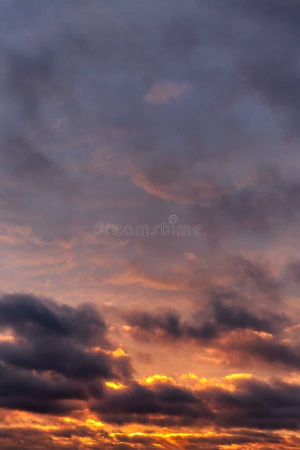 Grande por do sol dramático no céu imagem de stock