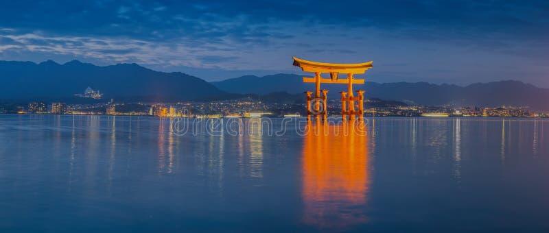 Grande porta de flutuação (O-Torii) na ilha de Miyajima fotografia de stock