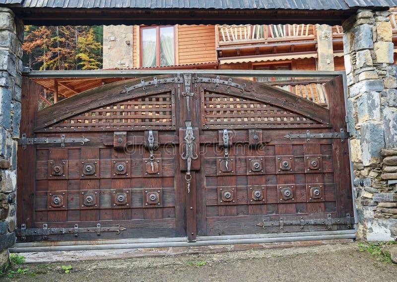 Grande porta de madeira da casa de campo com parafuso imagens de stock