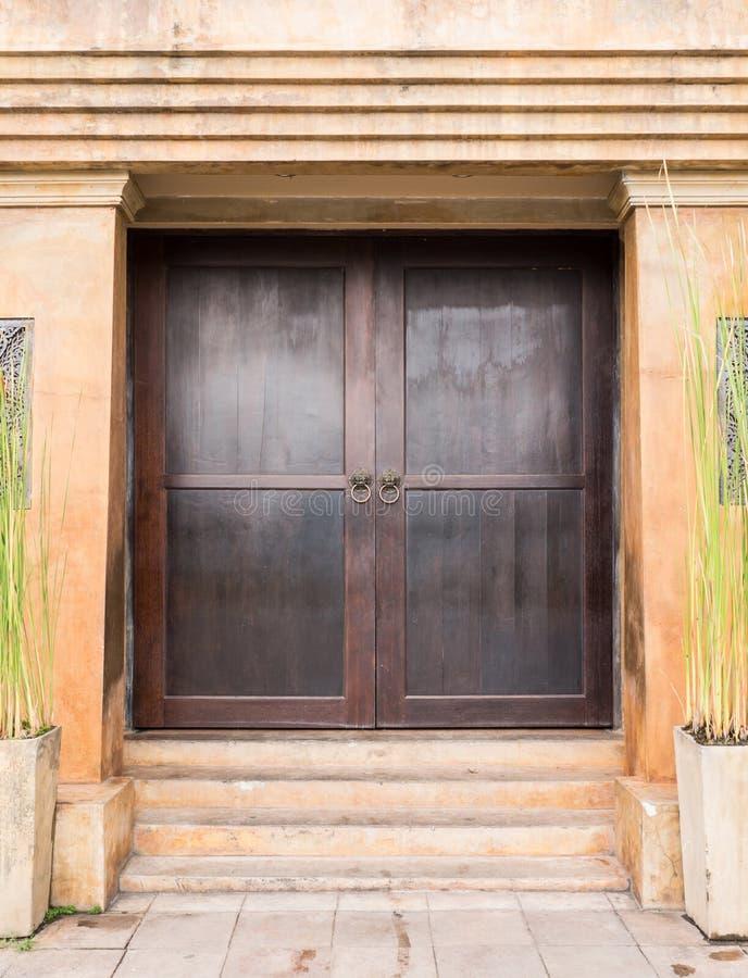 Grande porta de madeira da construção concreta velha fotografia de stock royalty free