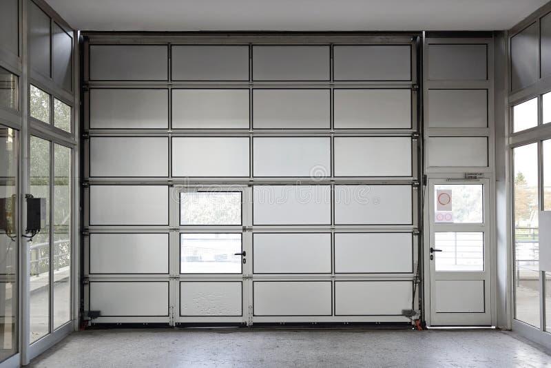 Grande porta del garage immagine stock libera da diritti