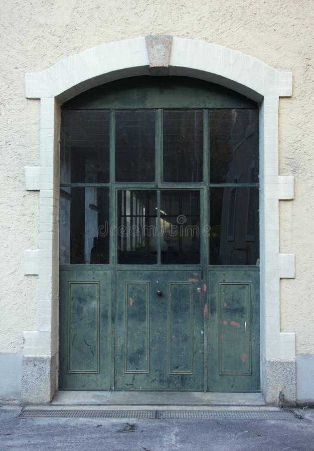 Grande porta industriale immagine stock