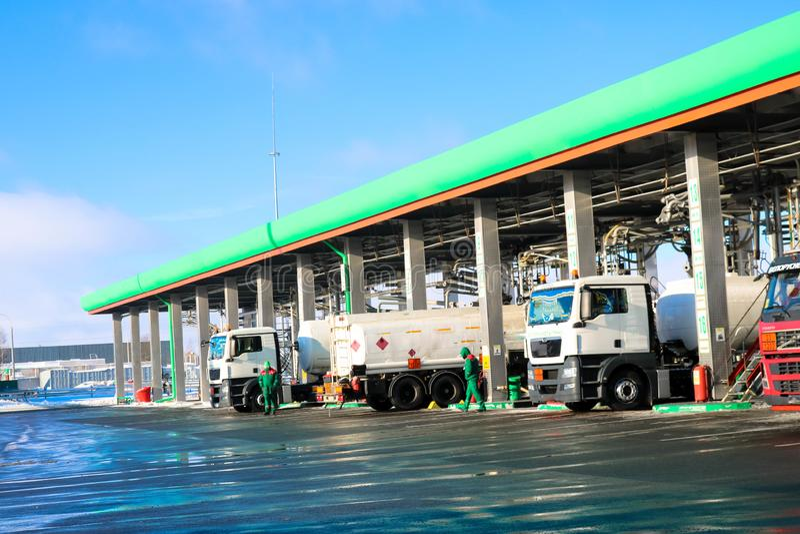 Grande posto de gasolina industrial verde para veículos, caminhões e os tanques de reabastecimento com combustível, gasolina e di imagem de stock royalty free