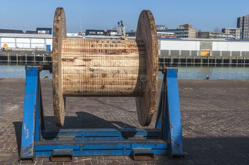 Grande poulie en bois au quai images stock