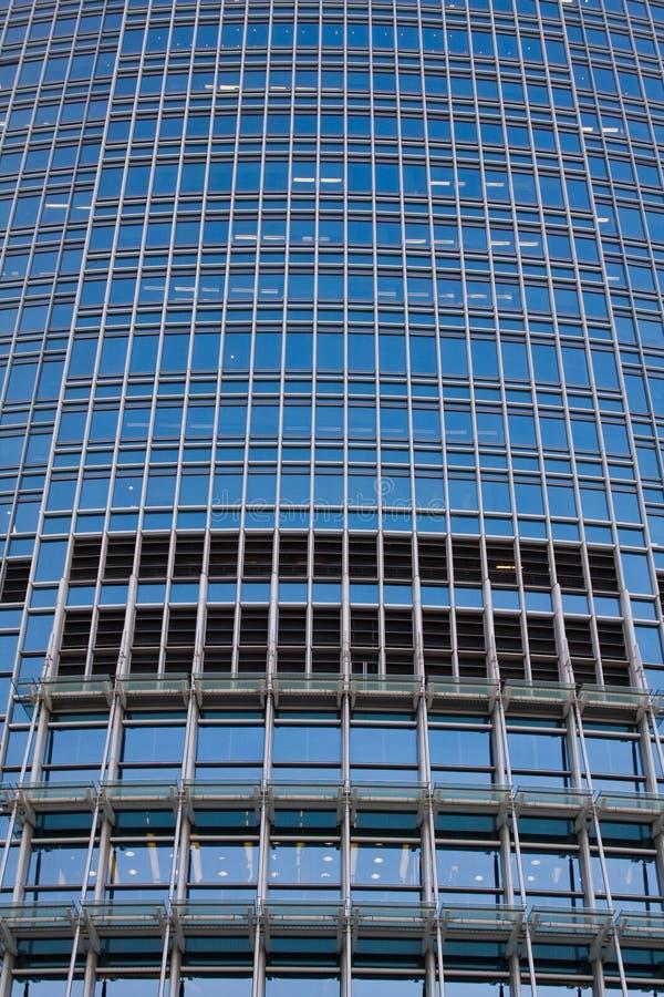 Grande prédio de escritórios do close up foto de stock