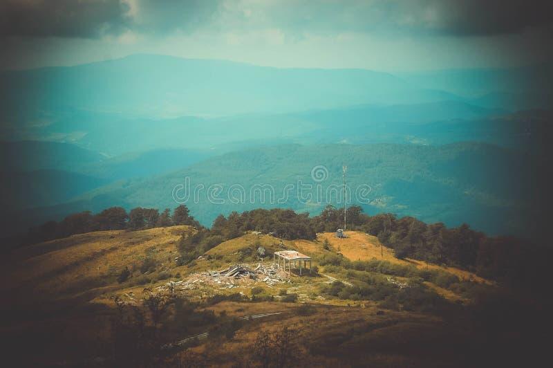 Grande prado com ruínas nas montanhas fotos de stock