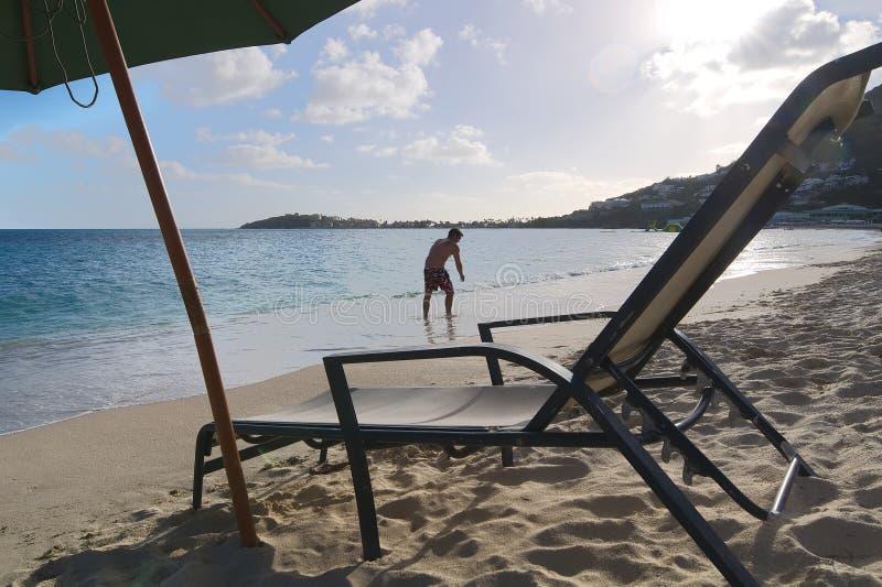 Grande praia da baía - Philipsburg - Sint Maarten - ilha tropical das caraíbas imagens de stock