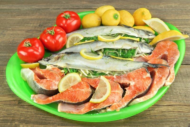 Grande prato com os peixes e Salmon Steak enchidos frescos fotografia de stock royalty free