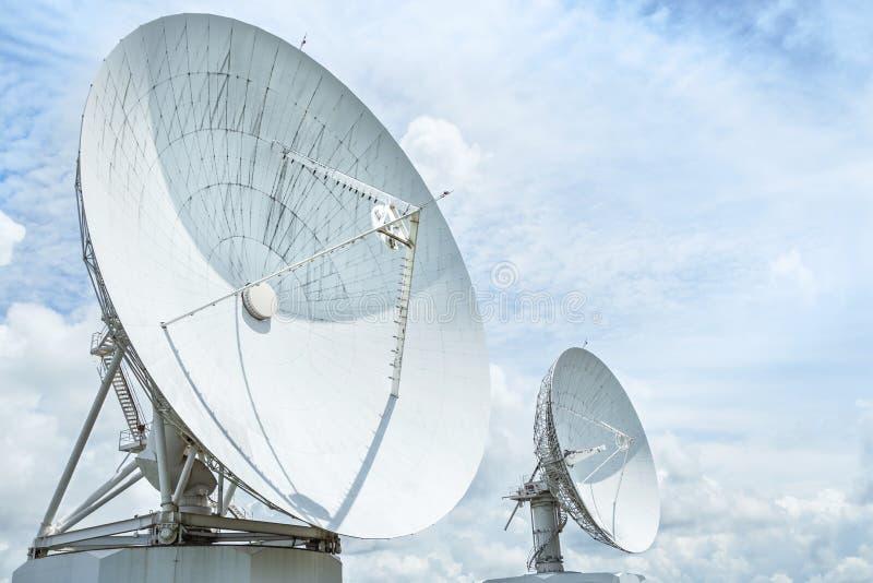 Grande prato da astronomia da antena de rádio na estação do centro do sistema da antena de uma comunicação da terra foto de stock royalty free