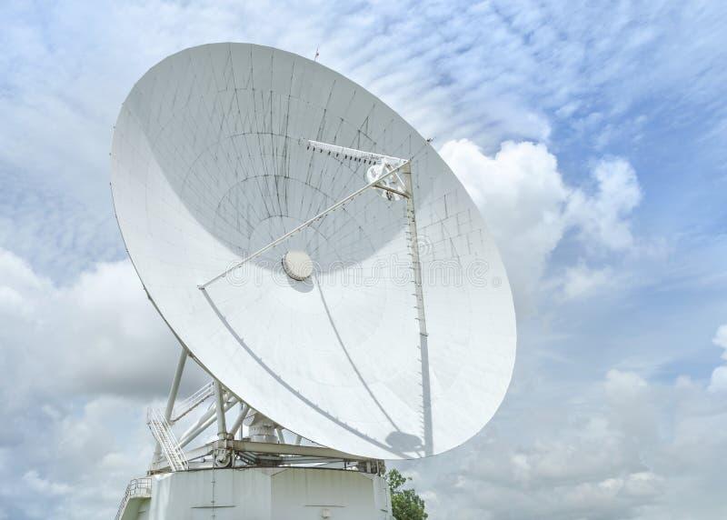 Grande prato da astronomia da antena de rádio na estação do centro do sistema da antena de uma comunicação da terra fotografia de stock royalty free