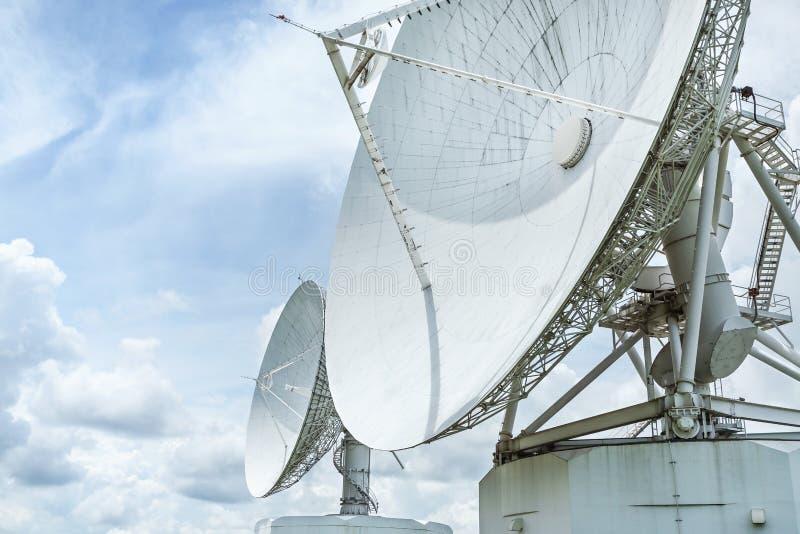 Grande prato da astronomia da antena de rádio na estação do centro do sistema da antena de uma comunicação da terra imagem de stock