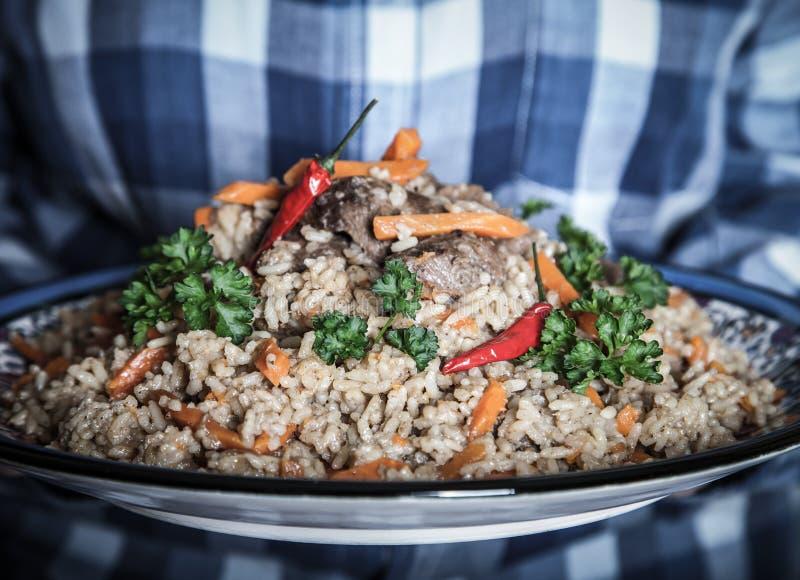 Grande prato do pilau do Uzbeque da cor com pimenta vermelha picante e cil fresco fotos de stock royalty free