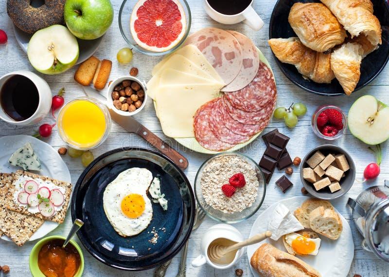 Grande prima colazione sulla tavola rustica bianca immagine stock