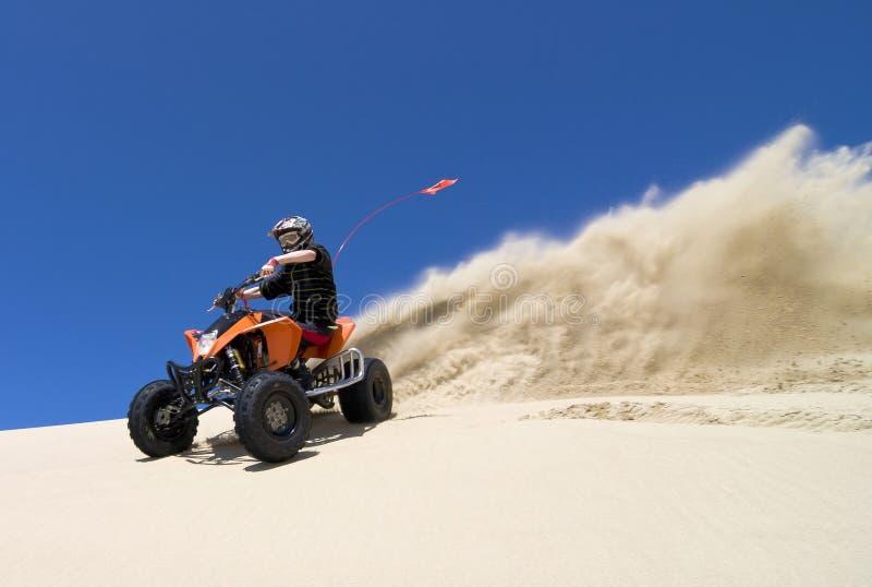 Grande pulverizador da areia do cavaleiro do quadbike de ATV no du imagem de stock royalty free