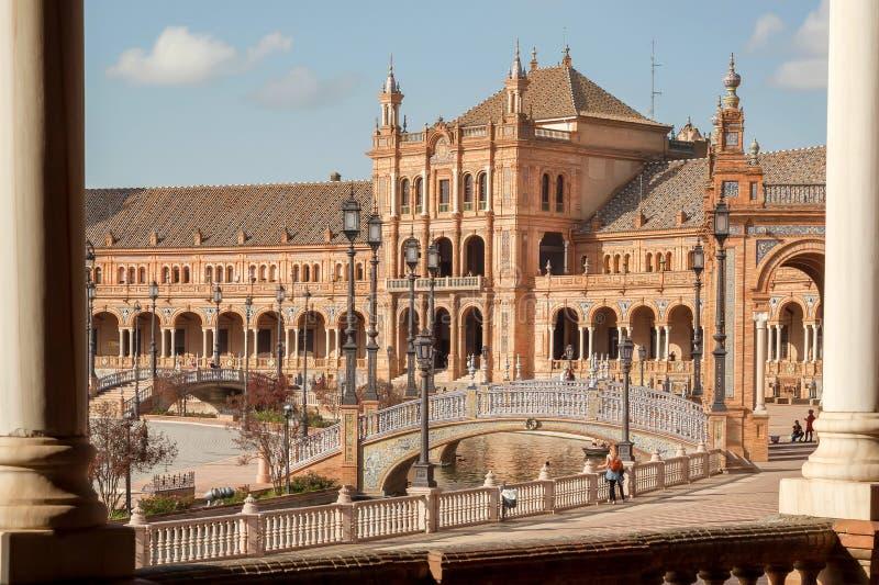 Grande punto di riferimento con il palazzo e ponte di pietra su Plaza de Espana, esempio di architettura della città andalusa fotografie stock libere da diritti