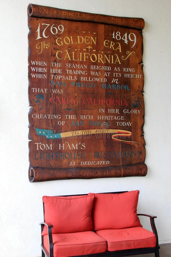Grande quadro de avisos de madeira que anuncia o restaurante do farol do ` s de Tom Ham, San Diego, Califórnia, 2016 imagem de stock royalty free