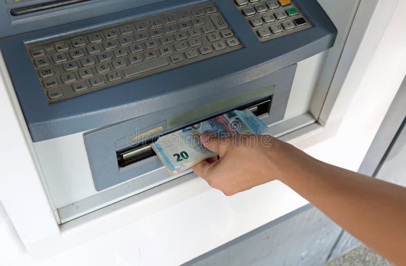 grande quantidade de dinheiro nas cédulas após uma retirada do ATM fotografia de stock