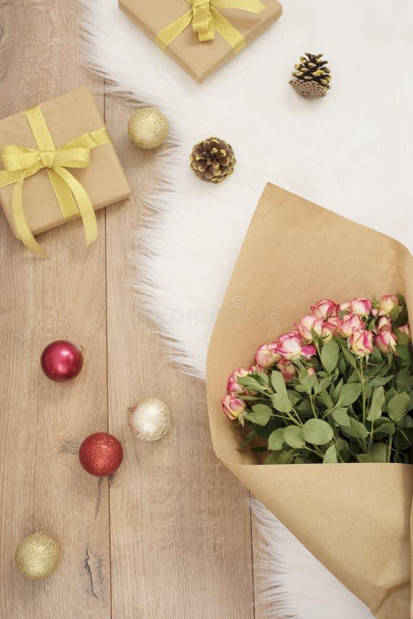 Grande ramalhete luxuoso das rosas, das bolas do Natal e dos presentes em um tapete da pele foto de stock royalty free