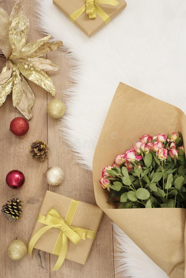 Grande ramalhete luxuoso das rosas, das bolas do Natal e dos presentes em um tapete da pele Conceito dos feriados de inverno imagem de stock royalty free