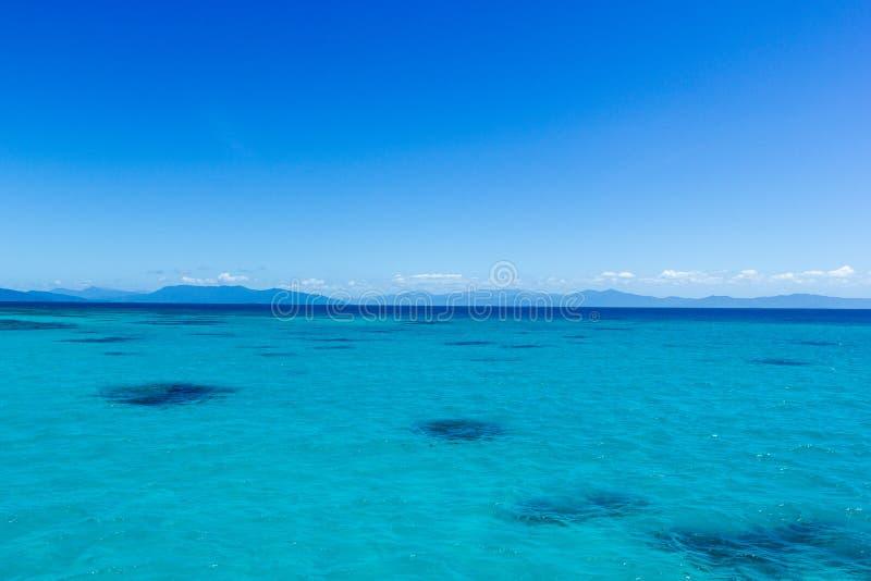 grande recife de coral bonito com nuvens brancas em um dia ensolarado, montes de pedras, Austrália fotografia de stock royalty free