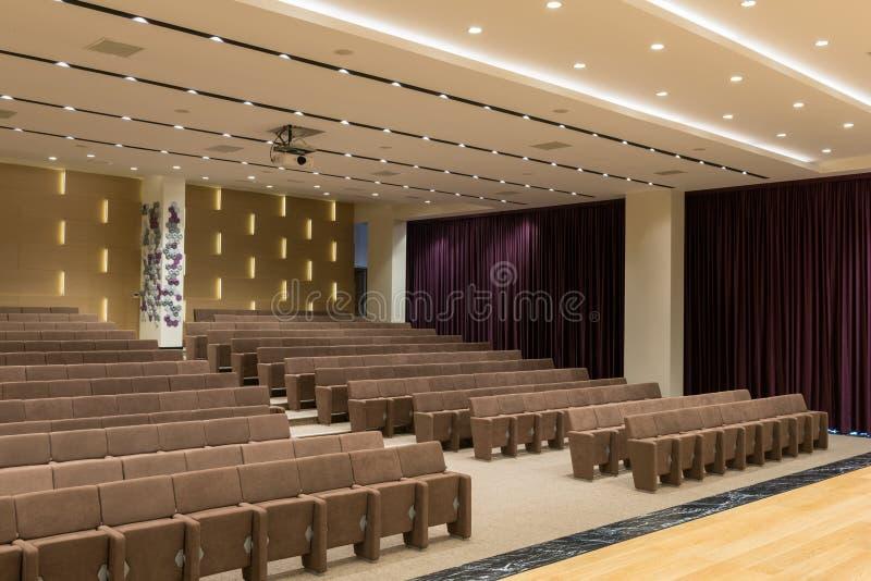 Grande riunione moderna vuota, sala per conferenze fotografia stock libera da diritti