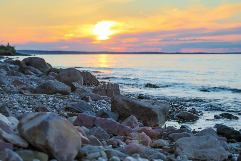 Grande rive cloutée avec des pierres image libre de droits