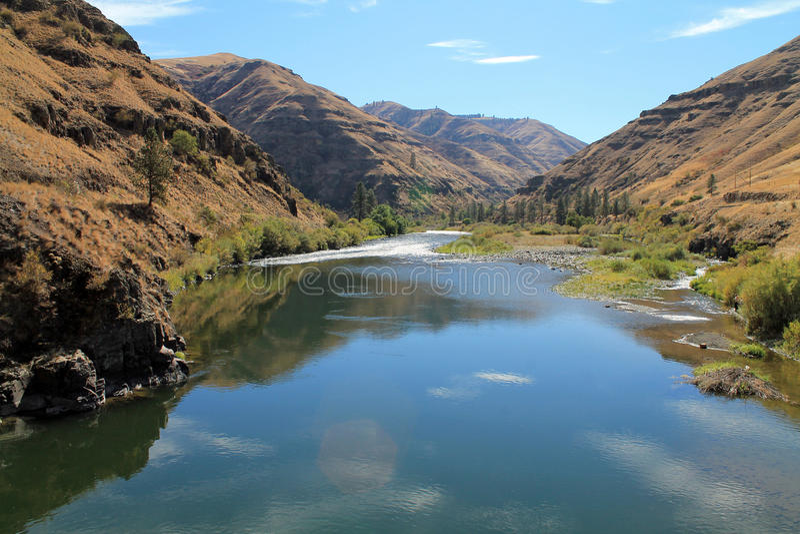 Grande rivière de Ronde serpentant par Rocky Hillsides images stock