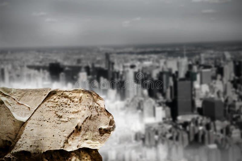 Grande rocha que negligencia a cidade enorme ilustração royalty free