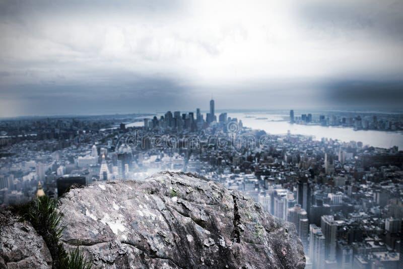 Grande rocha que negligencia a cidade enorme ilustração stock