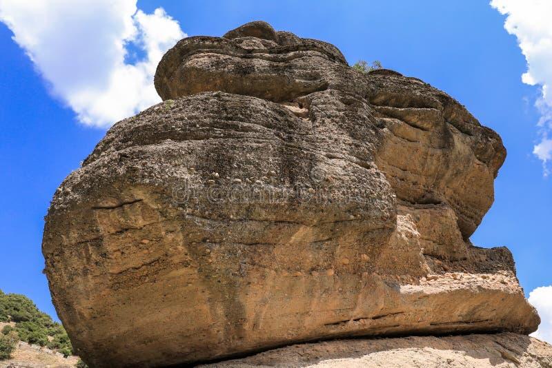 Grande roche au monastère de Varlaam du complexe orthodoxe oriental de monastères de Meteora dans Kalabaka, Trikala, Thessalie image stock