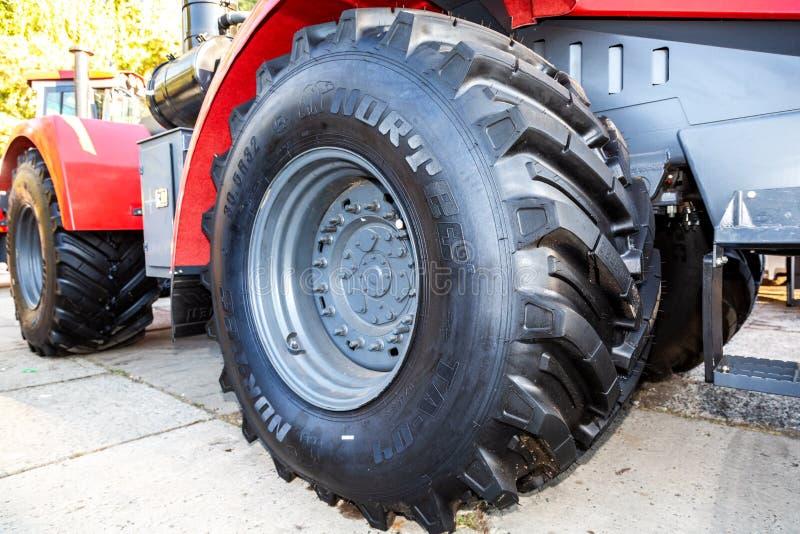 Grande roda do novo trator agrícola moderno fotos de stock