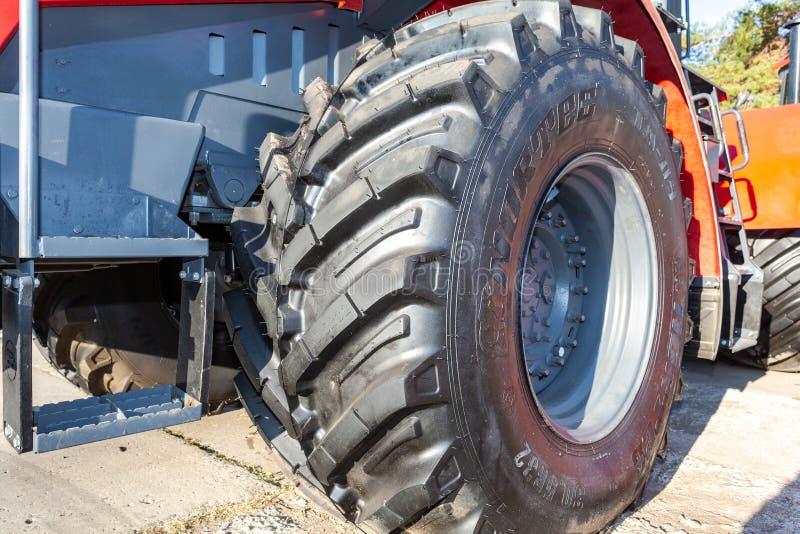 Grande roda do novo trator agrícola moderno foto de stock