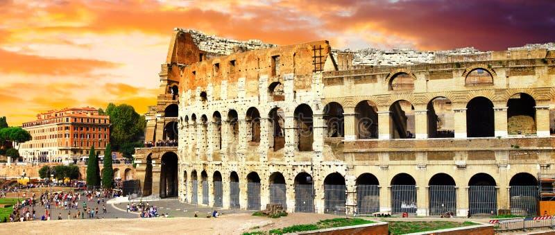 Grande Roma, vista panorâmica com o Colosseo sobre o por do sol imagens de stock