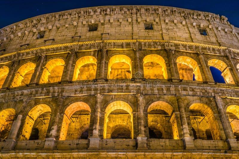 Grande Roman Colosseum e seus arcos na noite em Roma - Itália imagem de stock