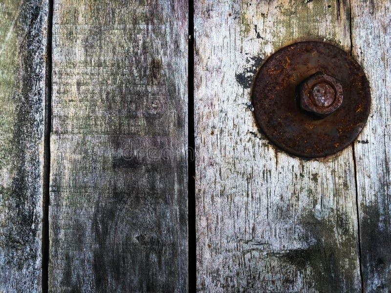 Grande rondella nel tempo arrugginito un vecchio fondo di legno antico dell'immagine di struttura in realistico immagini stock