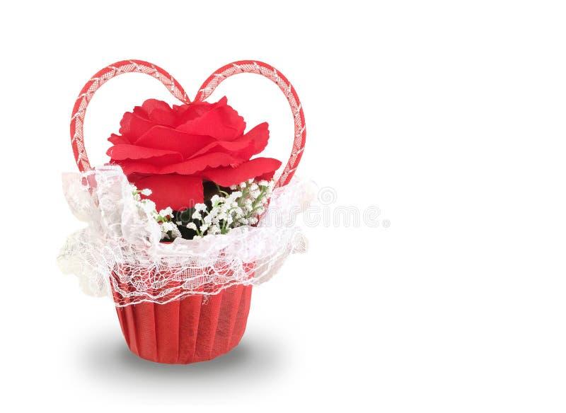 Grande rose de rouge avec le concept de ruban de coeur dans le panier d'isolement sur le fond blanc Création d'amour photographie stock