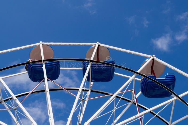 Grande roue avec les cuvettes bleues contre le ciel bleu avec les nuages minces photos libres de droits