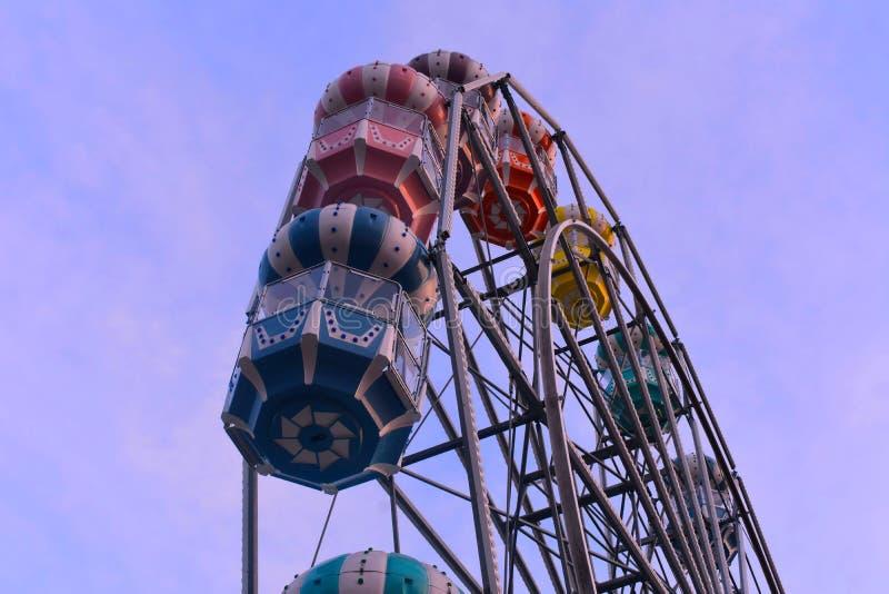 Grande roue colorée sur le fond bleu-clair de ciel à la vieille ville Kissimmee images stock