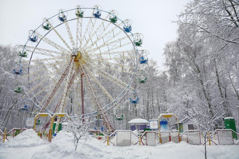 Grande roue couverte par neige entourée par les arbres snowcovered photos libres de droits
