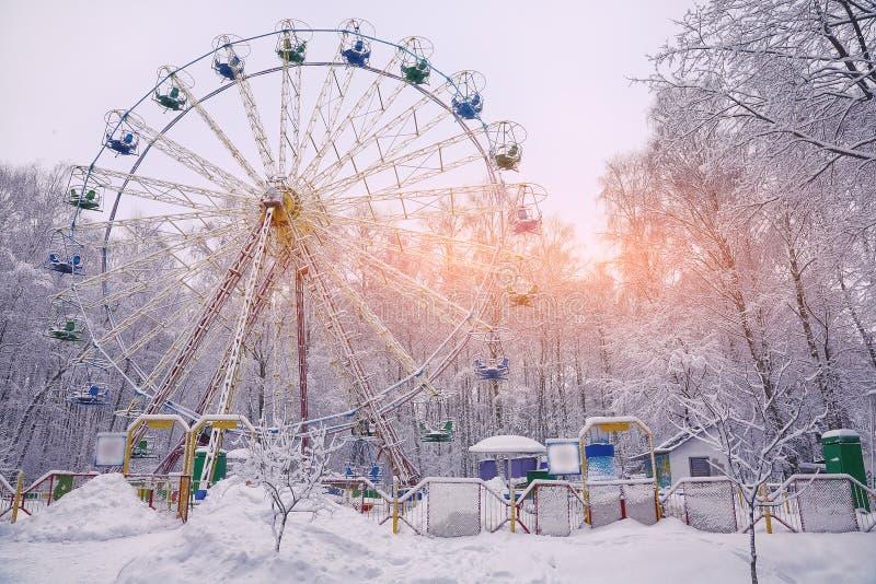 Grande roue couverte par neige entourée par les arbres snowcovered images stock