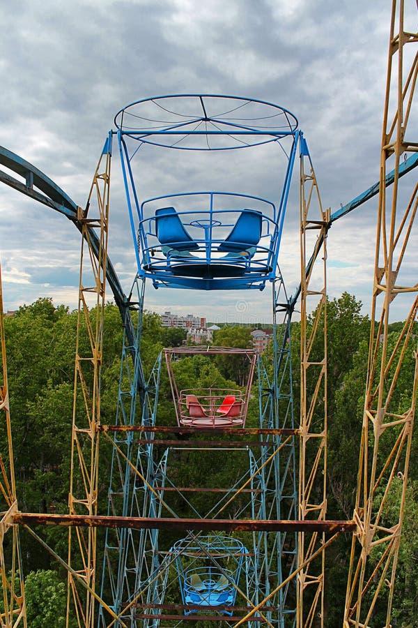 Grande roue d'attraction en parc de vétérans image stock