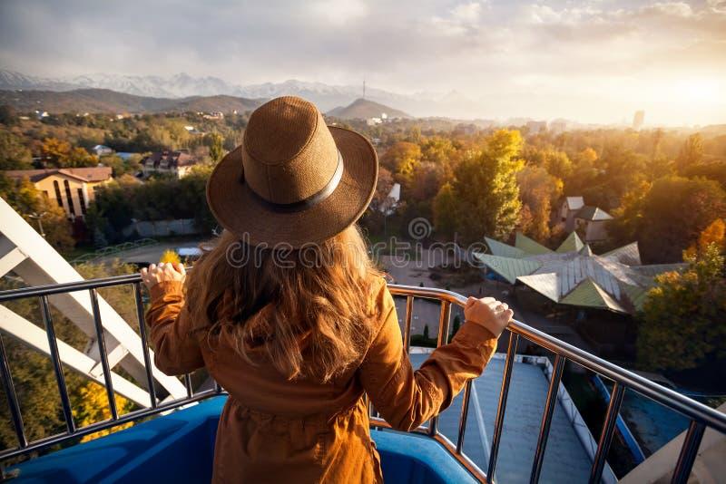 Grande roue de tour de femme au coucher du soleil photo stock