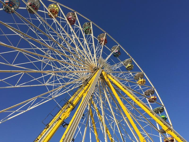 Grande roue devant le ciel bleu photos libres de droits