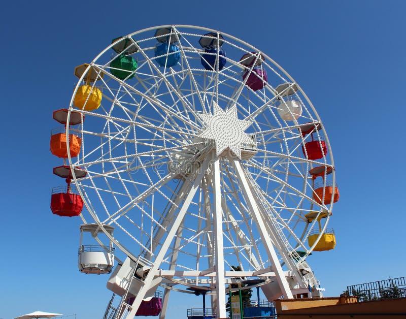 Grande roue du parc d'attractions à Barcelone, Catalogne photo stock