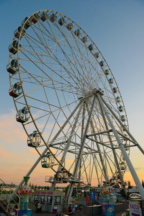 Grande roue en parc d'attractions de la Riviera une soirée d'été Kazan Russie image libre de droits