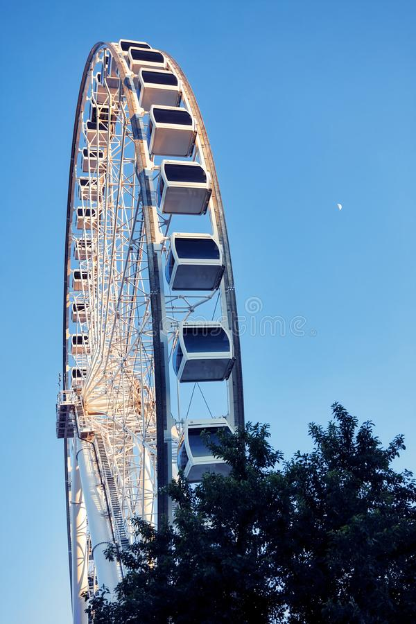 Grande roue et lune sur un fond de ciel bleu photos libres de droits