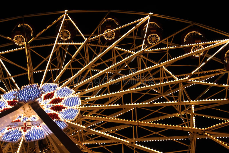 Grande roue féerique de Feris au parc d'attractions la nuit photographie stock