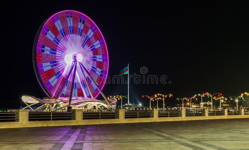 Grande roue sur le boulevard à Bakou photo libre de droits